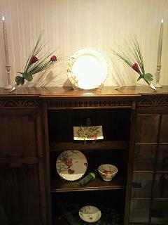 「ジアンブティク」のショーウィンドーを季節のテーブルコーディネートで提案ディスプレー1