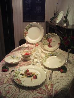 「ジアンブティク」のショーウィンドーを季節のテーブルコーディネートで提案ディスプレー2