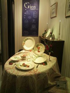 「ジアンブティク」のショーウィンドーを季節のテーブルコーディネートで提案ディスプレー3