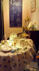 ハービス大阪「ジアンブティック」のショーウィンドーをテーブルデコレーションコーディネート3